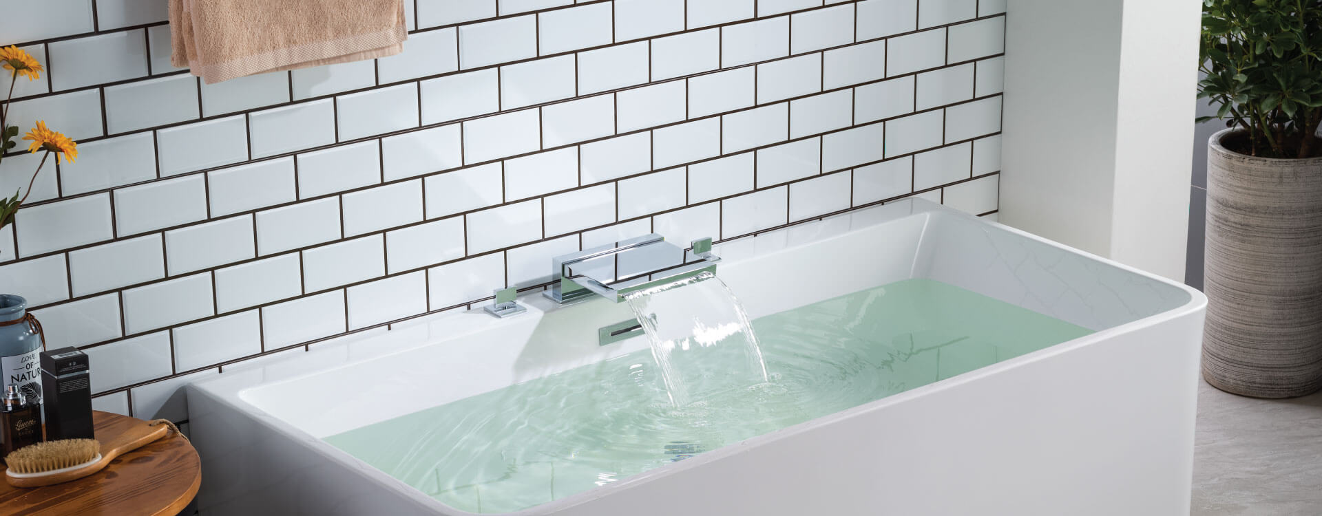 Waterfall tub faucet